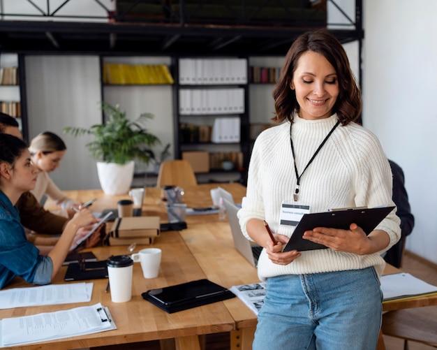 Mensen uit het bedrijfsleven in conferentieruimte close-up
