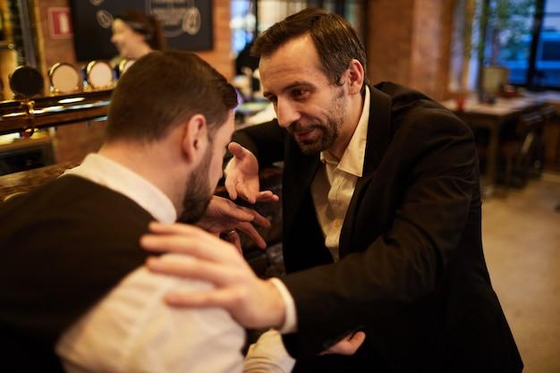 Mensen uit het bedrijfsleven in de bar