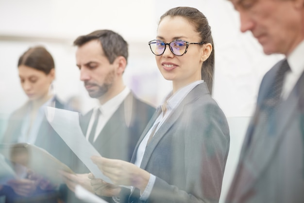 Mensen uit het bedrijfsleven in de rij staan