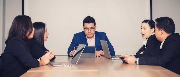 Mensen uit het bedrijfsleven in de vergaderruimte. bijeenkomst zakelijk succes brainstormen teamwork