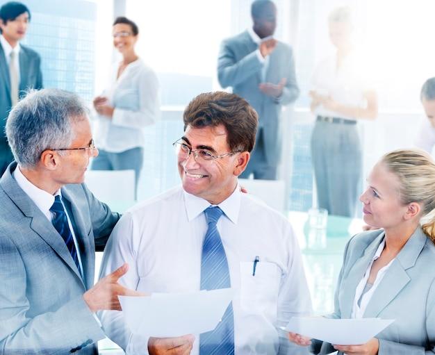 Mensen uit het bedrijfsleven in een discussie