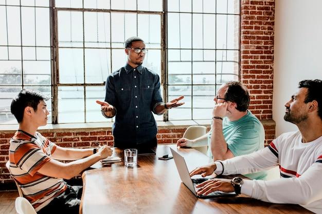 Mensen uit het bedrijfsleven in een stress-vergadering