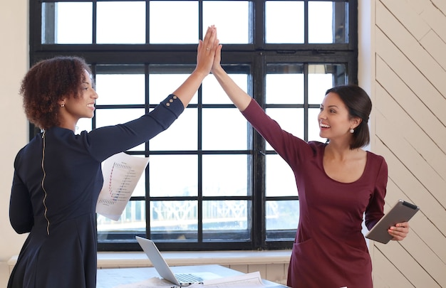 Mensen uit het bedrijfsleven in een vergadering op kantoor