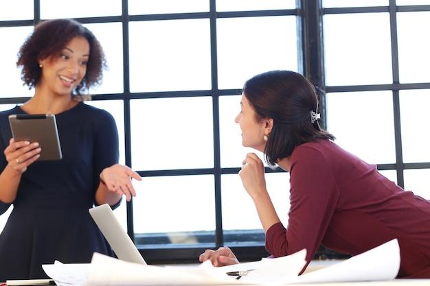 Mensen uit het bedrijfsleven in een vergadering