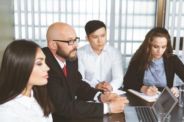 Mensen uit het bedrijfsleven in moderne kantoor