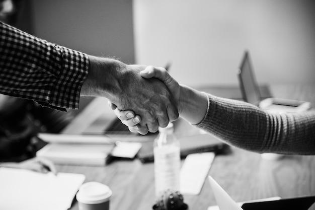 Mensen uit het bedrijfsleven in overleg handen schudden