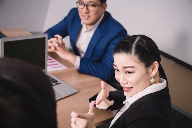 Mensen uit het bedrijfsleven in seminarruimte. meeting corporate success brainstormen teamwork