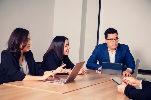 Mensen uit het bedrijfsleven in seminarruimte. ontmoeten van bedrijfssucces brainstorming teamwork