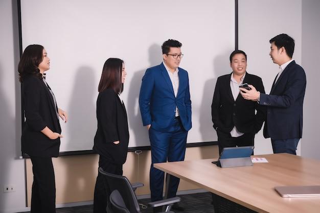 Mensen uit het bedrijfsleven in seminarruimte.