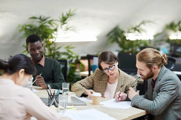Mensen uit het bedrijfsleven in vergadering