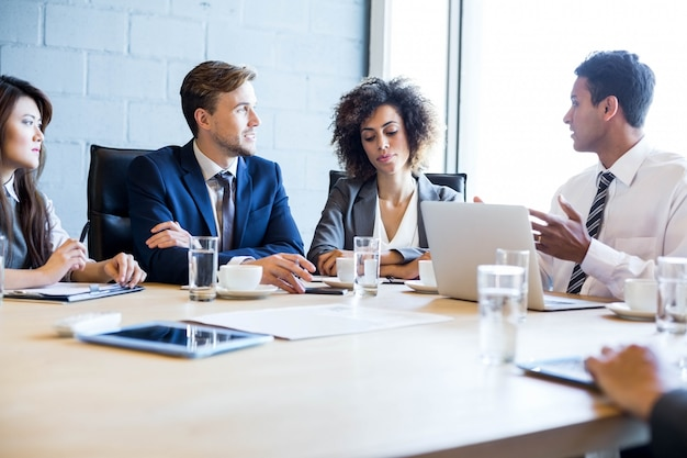 Mensen uit het bedrijfsleven in vergaderruimte tijdens een vergadering op kantoor