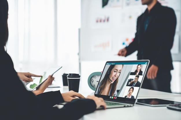 Mensen uit het bedrijfsleven in videogesprek bespreken vakkundig het businessplan