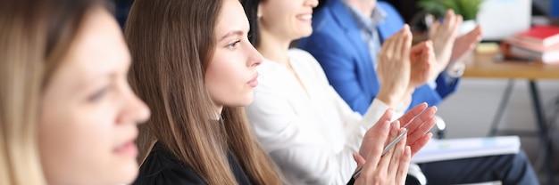 Mensen uit het bedrijfsleven juichen op conferentie voor bedrijfsontwikkeling en promotie