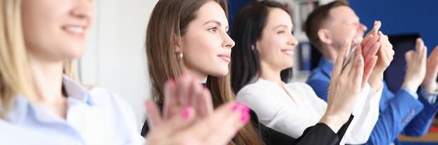 Mensen uit het bedrijfsleven juichen op trainingsconferentie. stappenplan voor het organiseren van een succesvol congresconcept