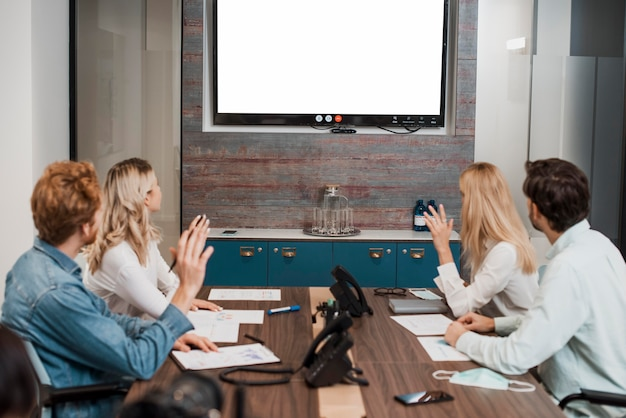 Mensen uit het bedrijfsleven kijken naar een scherm