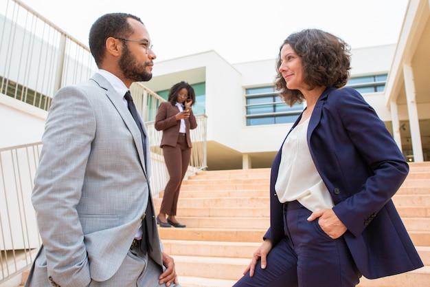 Mensen uit het bedrijfsleven kijken naar elkaar