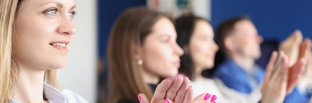 Mensen uit het bedrijfsleven klappen en applaus tijdens vergadering of conferentie