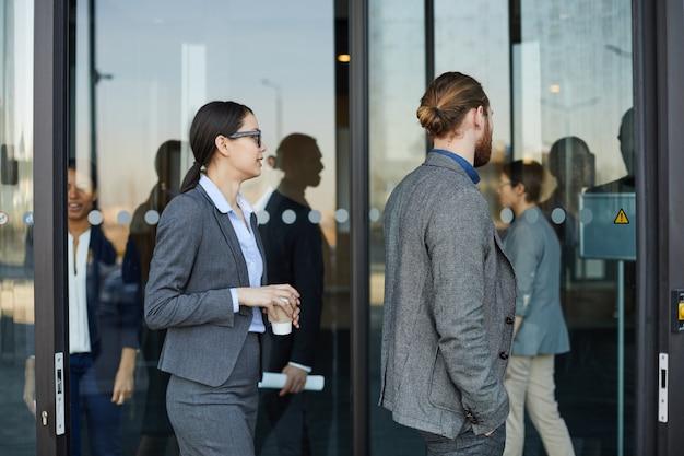 Mensen uit het bedrijfsleven komen in het congrescentrum