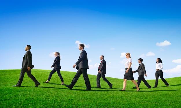Mensen uit het bedrijfsleven lopen buiten de weg vooruit