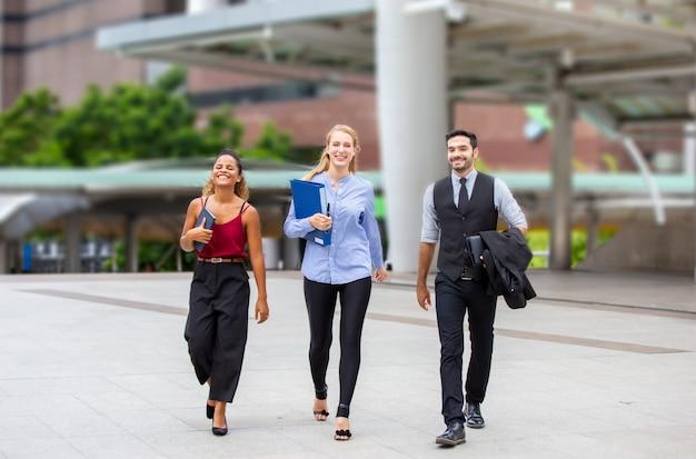 Mensen uit het bedrijfsleven lopen buiten kantoor