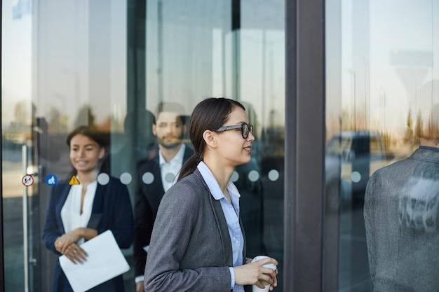 Mensen uit het bedrijfsleven lopen door draaideur