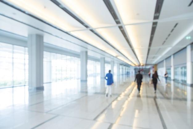 Mensen uit het bedrijfsleven lopen in de gang van een zakencentrum