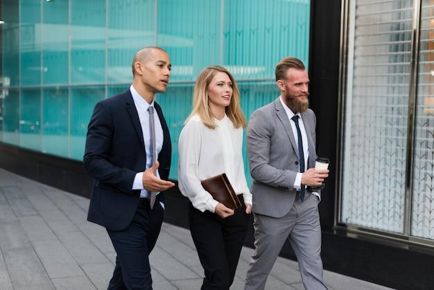 Mensen uit het bedrijfsleven lopen samen praten