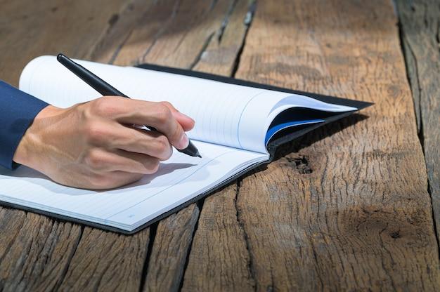 Mensen uit het bedrijfsleven maken aantekeningen in notitieboekjes