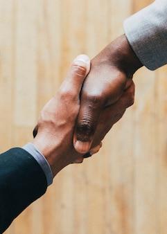 Mensen uit het bedrijfsleven maken een overeenkomst