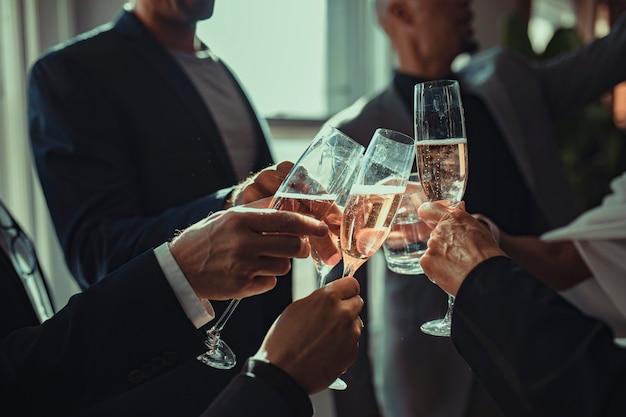 Mensen uit het bedrijfsleven maken een toast op een kantoorfeestje