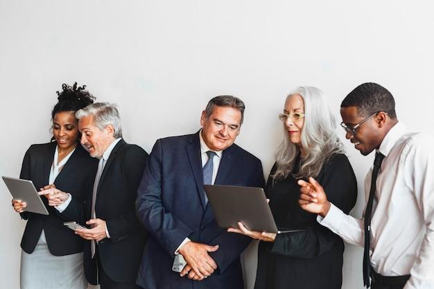 Mensen uit het bedrijfsleven met behulp van digitale apparaten