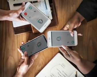 Mensen uit het bedrijfsleven met behulp van hun telefoons