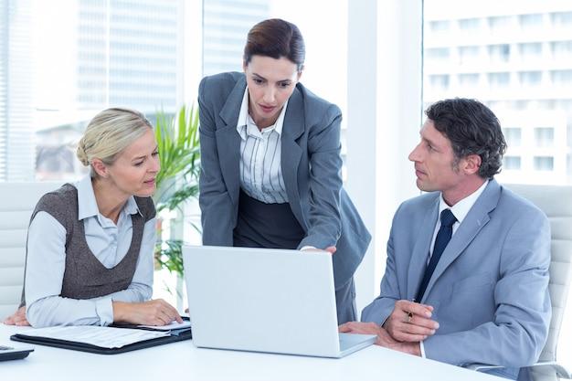Mensen uit het bedrijfsleven met behulp van laptop