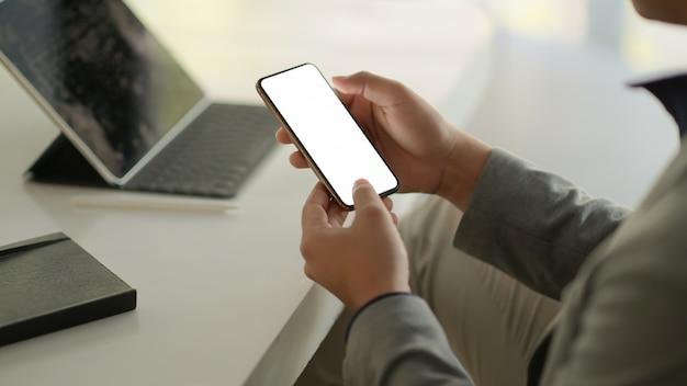 Mensen uit het bedrijfsleven met behulp van smartphone leeg scherm.
