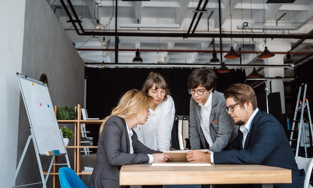 Mensen uit het bedrijfsleven met discussie, geschil op vergadering of onderhandelingen