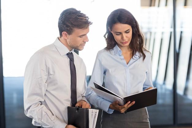 Mensen uit het bedrijfsleven met document en organisator in office