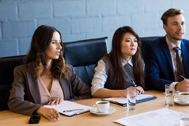 Mensen uit het bedrijfsleven met een discussie in vergaderruimte op kantoor