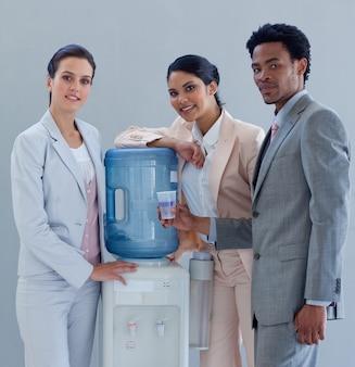 Mensen uit het bedrijfsleven met een waterkoeler op kantoor