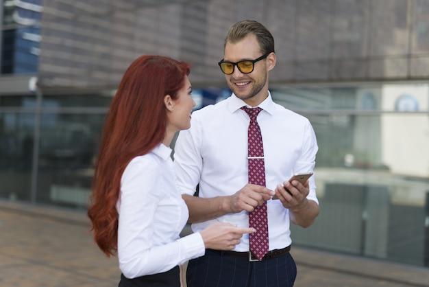 Mensen uit het bedrijfsleven met elkaar praten