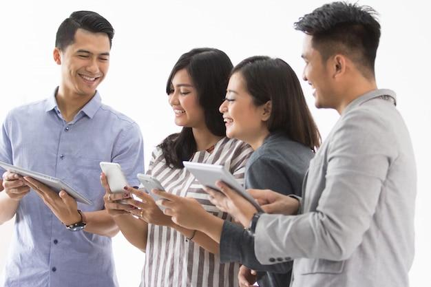 Mensen uit het bedrijfsleven met gadget