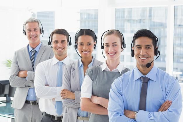 Mensen uit het bedrijfsleven met headsets glimlachen op camera