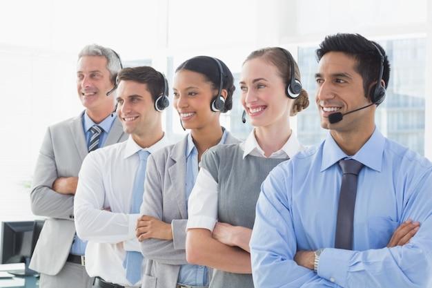 Mensen uit het bedrijfsleven met headsets kijken naar rechts