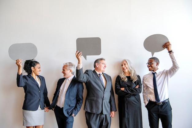 Mensen uit het bedrijfsleven met lege tekstballonnen