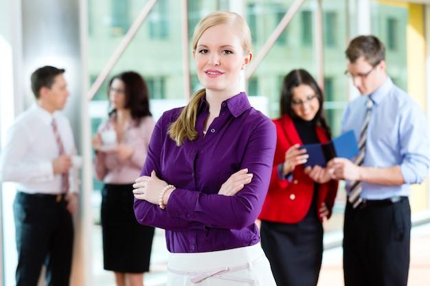 Mensen uit het bedrijfsleven of team op kantoor