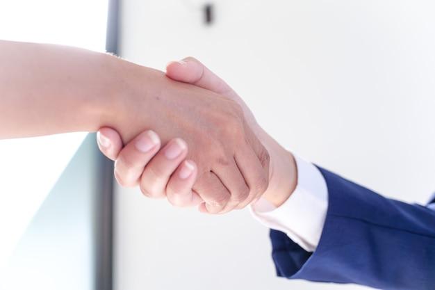 Mensen uit het bedrijfsleven ondertekenen contract maken van een deal met makelaar concept voor adviseur en opstalverzekering concept.
