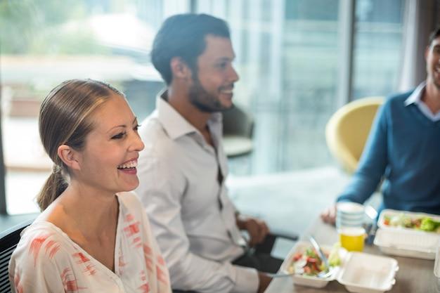 Mensen uit het bedrijfsleven ontbijten