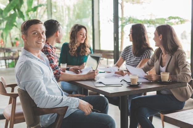 Mensen uit het bedrijfsleven ontmoeten corporate communicatie teamwork concept in coffeeshop