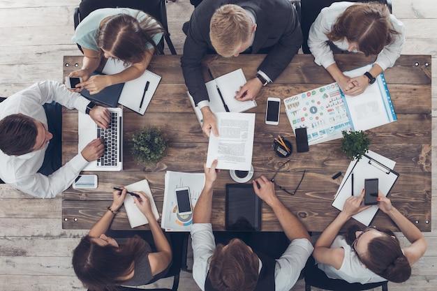 Mensen uit het bedrijfsleven ontmoeten elkaar in het bovenaanzicht van kantoor