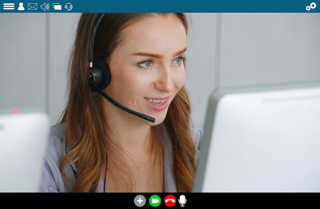Mensen uit het bedrijfsleven ontmoeten elkaar in videoconferentie-app op laptopmonitorweergave