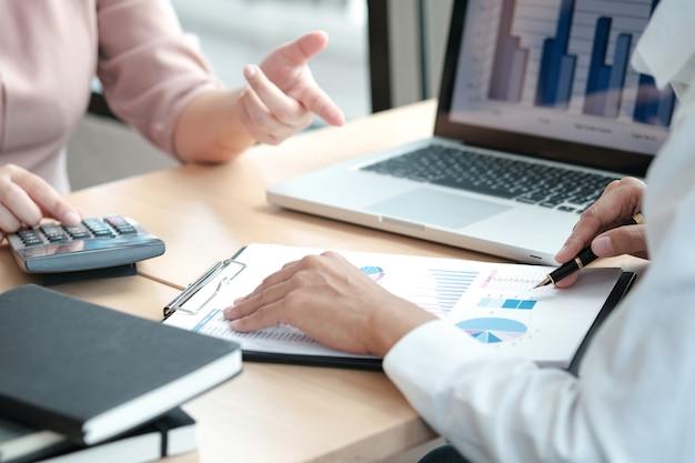 Mensen uit het bedrijfsleven ontmoeten ontwerpideeën professionele investeerder die een nieuw startproject werkt. concept. bedrijfsplanning op kantoor.